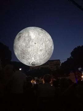 """Un momento di """"Museum of the Moon"""""""