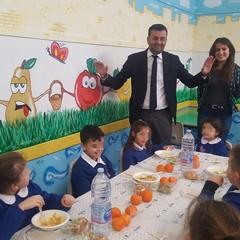 sindaco e ass romano in mensa con gli alunni della corridoni