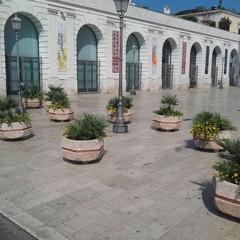 posizionate le fioriere a protezione di piazza del ferrarese
