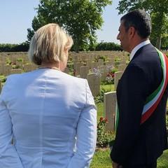 sindaco e ambasciatore Regno Unito oggi al cimitero inglese di Bari