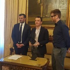 BGeek sindaco consegna premio Barone di Munchausen ad Alessandro Bilotta