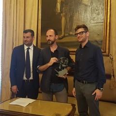 BGeek sindaco consegna premio Barone di Munchausen ad Alessandro Rak