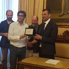 BGeek sindaco consegna targa di riconoscimento ad Asif Kapadia