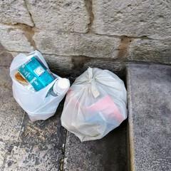 spazzatura abbandonata sulla muraglia