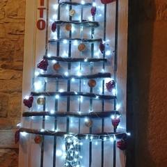Gli addobbi natalizi a Binetto creati con materiali di recupero