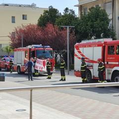 L'omaggio dei vigili del fuoco al personale sanitario del Policlinico