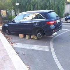 Auto saccheggiate in via D'Agostino