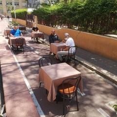 I tavolini sulla pista ciclabile