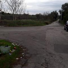 La discarica a cielo aperto in strada Martinez
