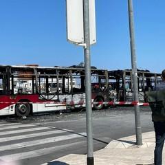 Il bus incendiato