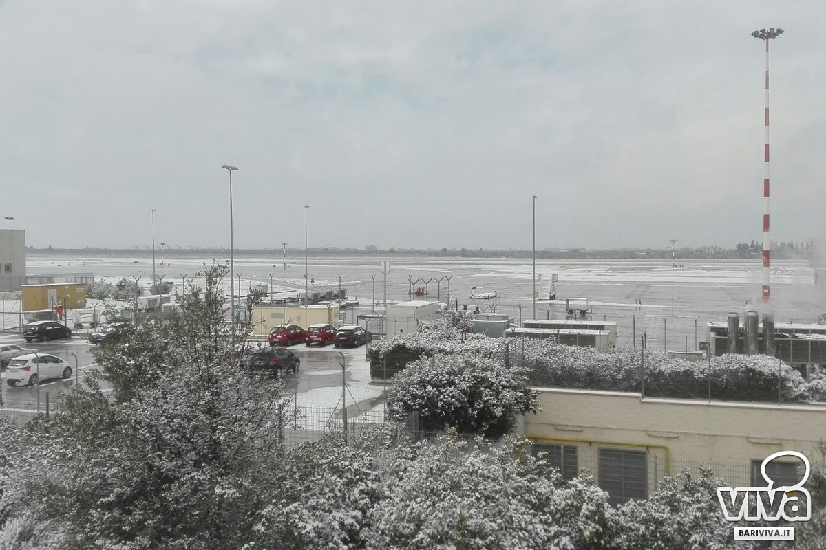 Aeroporto Bari : Neve sull aeroporto di bari voli cancellati e disagi per i passeggeri