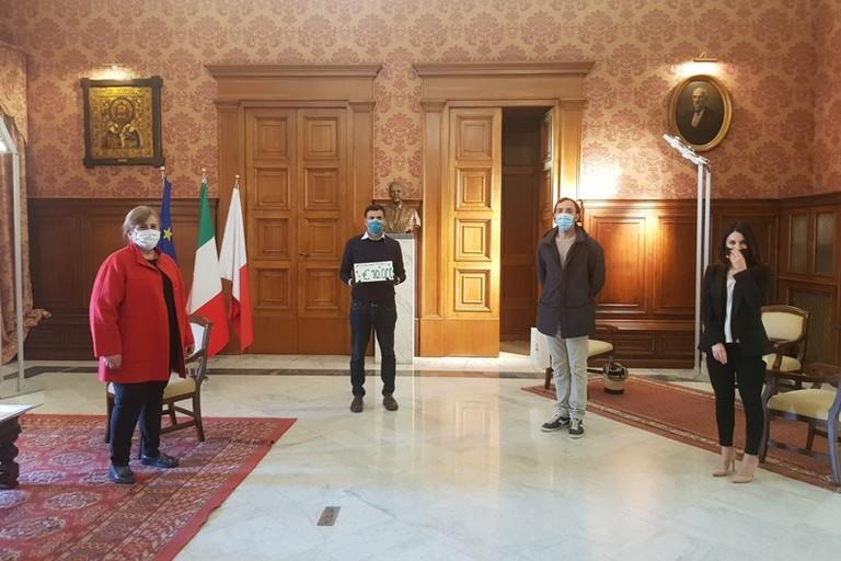Fotografi per Bari dona mila euro al Comune