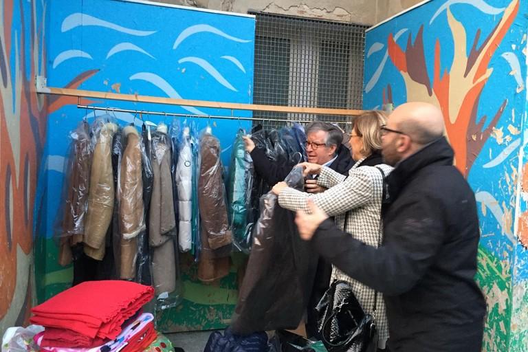 gli abito lasciati dai lions sul muro della solidarietà