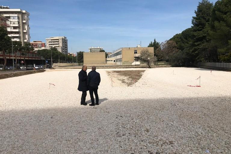 L'area parcheggio alla scuola Carrante
