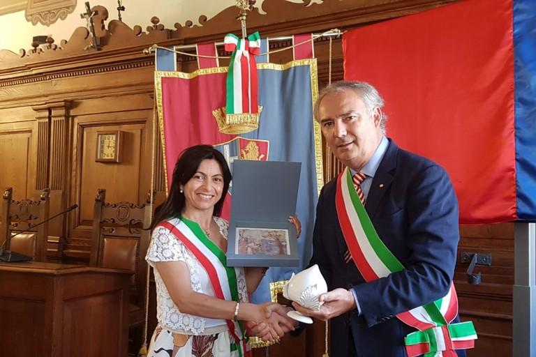 scambio di doni tra il consigliere cascella e il sindaco di Assisi
