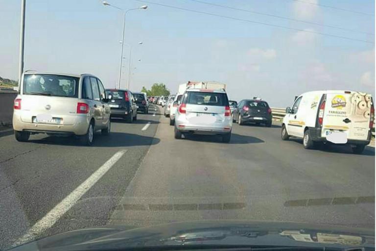 Traffico bloccato sulla tangenziale di Bari