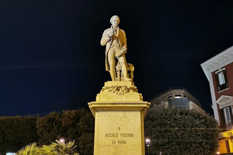 compleanno di Niccol Piccinni illuminata la statua