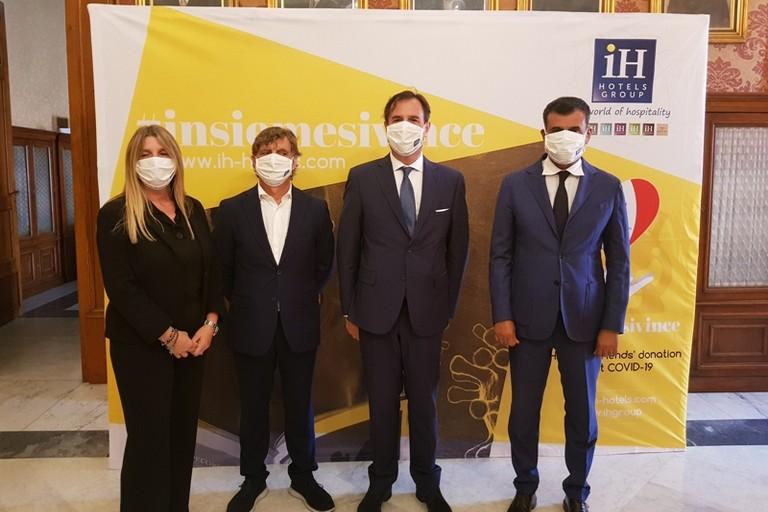 questa mattina iH Hotels Group ha incontrato il sindaco per la donazione mila mascherine chirurgiche alla citta di Bari
