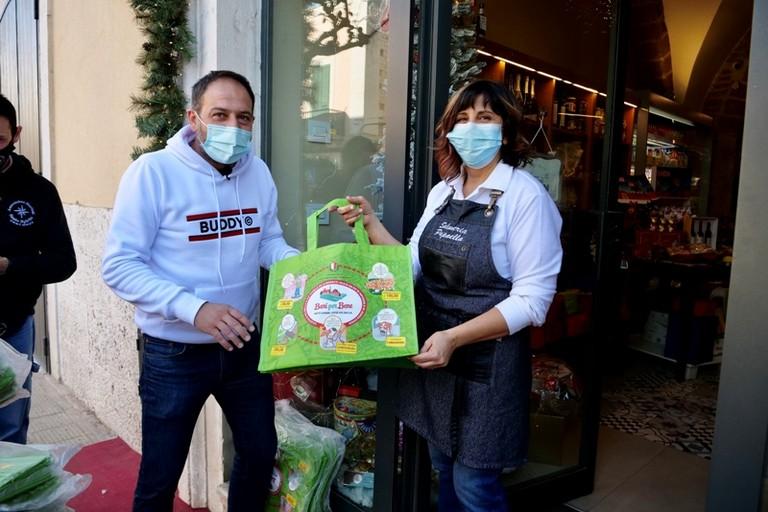 buste telate per la spesa con messaggi di sensibilizzazione ambientale tra i commercianti di Santo Spirito