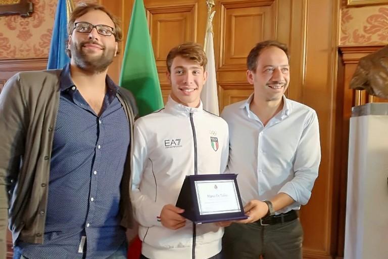 premiato questa matttina dallassessore Petruzzelli il nuotatore Marco De Tullio
