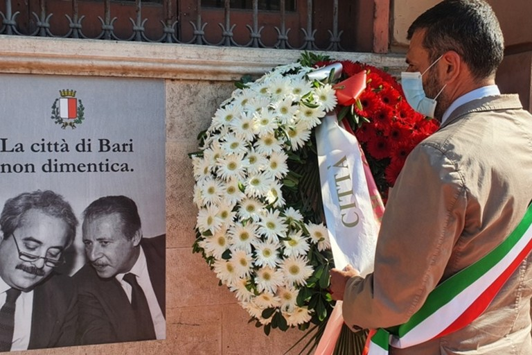 anniversario della strage di via D Amelio il sindaco depone una corona di fiori sulla facciata esterna di Palazzo di Citt