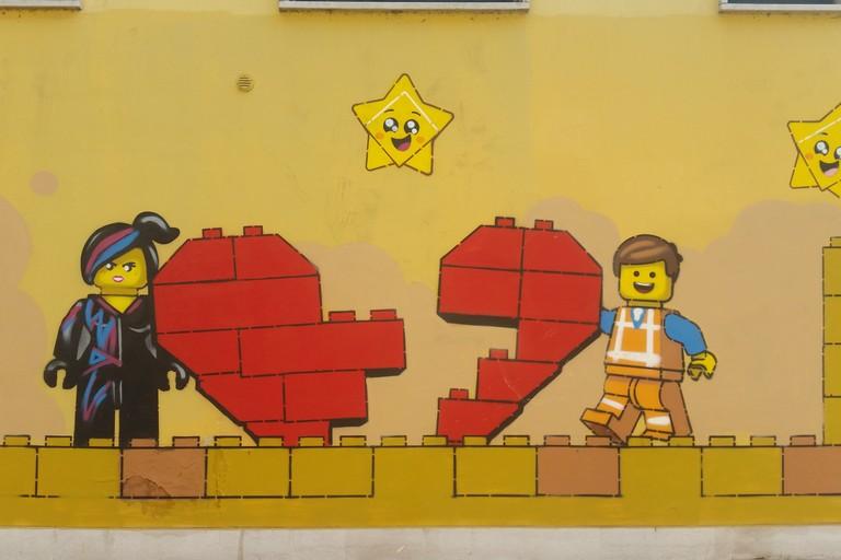 Uno dei disegni di Pao in piazza Garibaldi. <span>Foto Elga Montani</span>