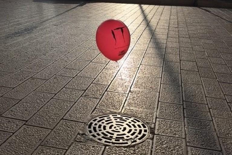 Strani palloncini rossi spuntano dai tombini a Bari