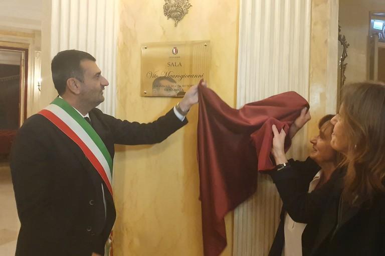 stamattina lintitolazione della sala di rappresentanza del teatro Piccinni a Vito Maurogiovanni
