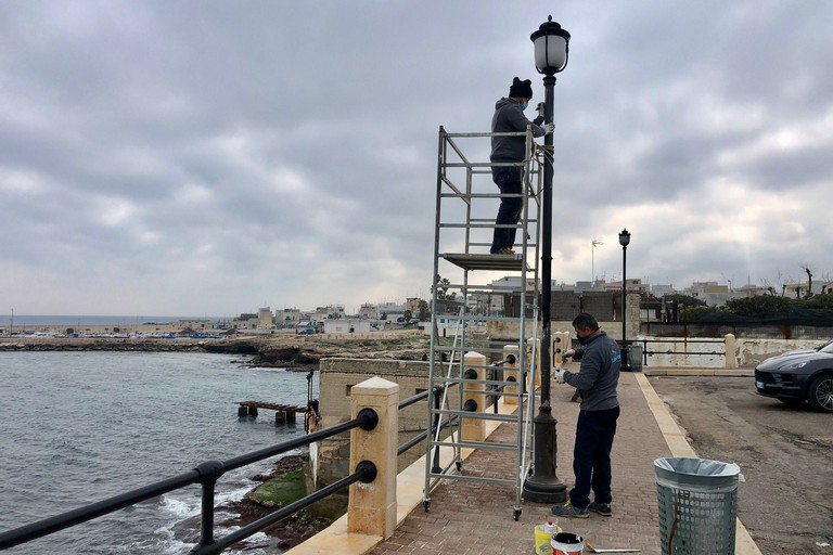 al via la riparazione dei sei pali di pubblica illuminazione sul lungomare di Torre a Mare