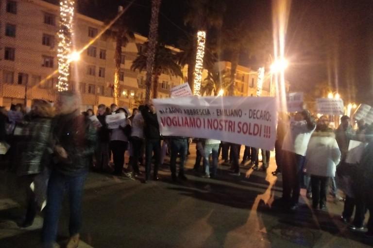 La manifestazione di fronte al Piccinni