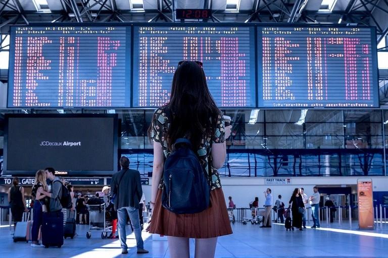 Viaggiatori in transito in aeroporto