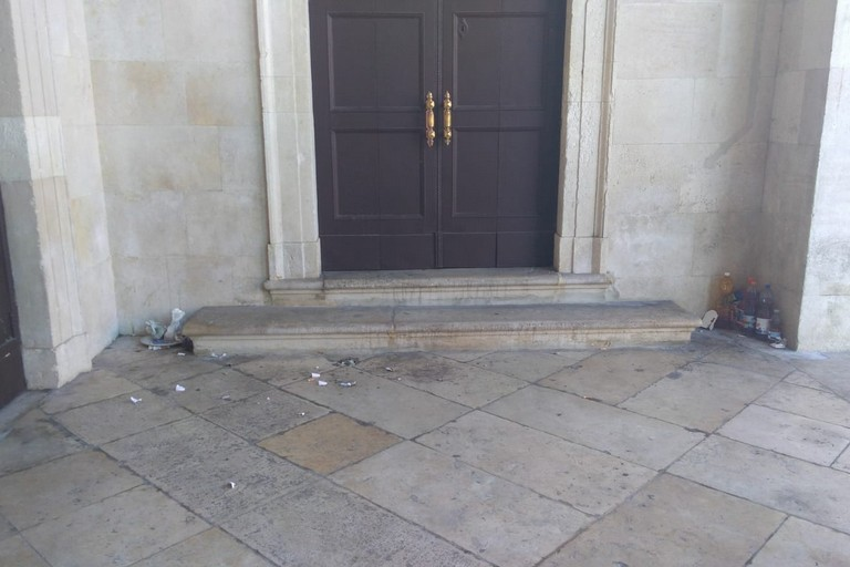 rifiuti davanti a palazzo di città