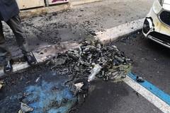 Bruciati nella notte 17 cassonetti a Bari, Decaro denuncia in Questura: «Faremo luce sull'accaduto»