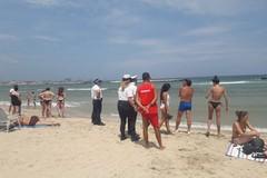 Il divieto di balneazione non ferma i bagnanti a Pane e Pomodoro, interviene la polizia locale