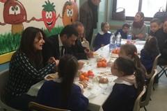 Niente plastica nelle mense scolastiche di Bari, Decaro testa le posate compostabili con i bimbi della Corridoni