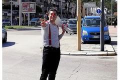 La storia di Angelo, giocoliere arrivato a Bari dal Cile: «Ecco la mia libertà totale»