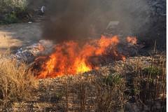 Beccato a bruciare rifiuti tossici in un terreno a Carbonara, denunciato