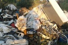Una distesa di rifiuti speciali e materiali pericolosi, scoperta discarica abusiva a Mungivacca
