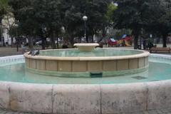 Piazza Garibaldi, ripulita di nuovo la fontana
