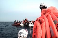 Il ministro Salvini chiude i porti ai migranti, il sindaco Decaro: «Non perdiamo l'umanità»