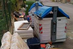 Materassi e rifiuti vari, via delle Murge è una discarica