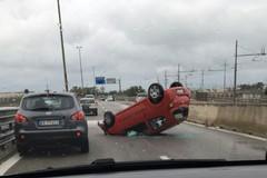 Auto si ribalta sulla tangenziale