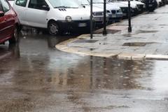 Piove a Bari e i marciapiedi del Libertà diventano piscine