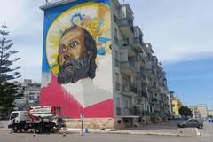 Un enorme San Nicola a Bari, la street art riqualifica il San Paolo
