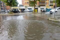 Pioggia battente su Bari, a Japigia allagamenti e tombini in tilt