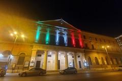 Emergenza Coronavirus, la facciata del Piccinni si illumina di tricolore