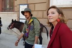 A piedi con la sua asina per portare un messaggio di pace. Bruno Dias fa tappa a Bari