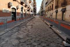 Dal cantiere in via Andrea da Bari spuntano le antiche basole