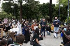 Bari si inginocchia per le vite dei neri, la manifestazione contro odio e violenza razziali