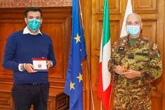 """Il generale Castellano dell'Esercito in visita a Bari, Decaro: «Grazie per operazione """"strade sicure""""»"""